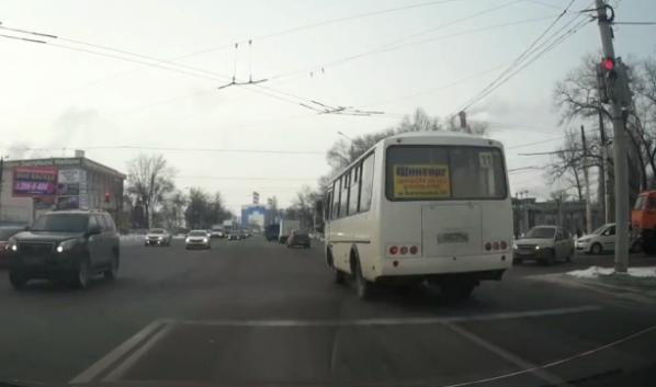 Автобус проехал на красный свет.