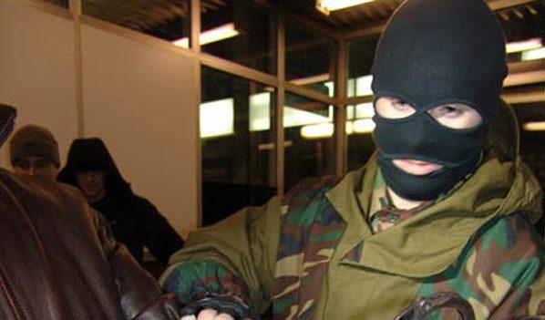 Лица грабителей скрывали маски.