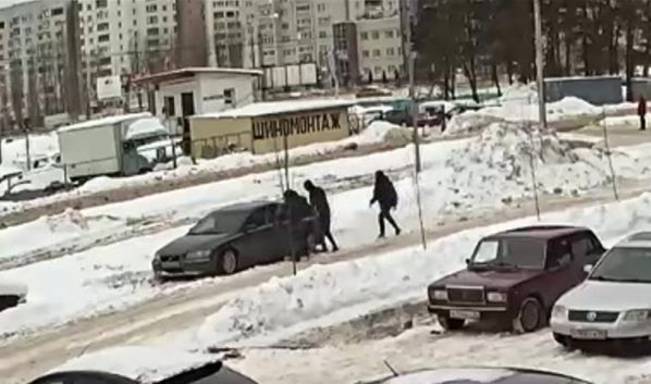 На семью напали около машины.