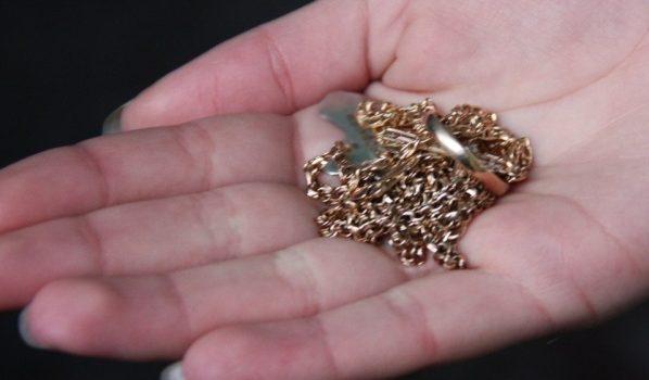 У женщин украли золотые украшения.