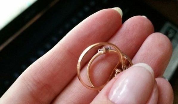 У женщины украли золотое кольцо.