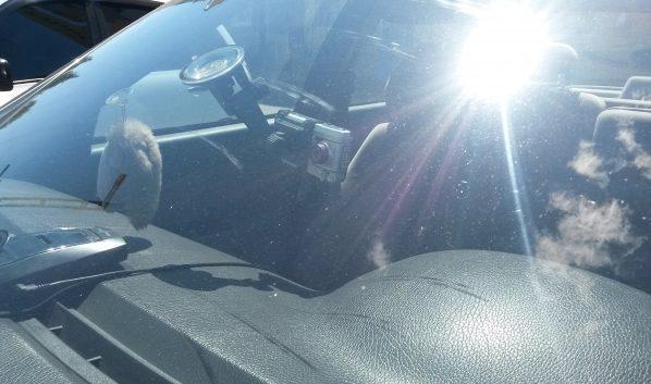 У горожанки из машины украли ценные вещи.