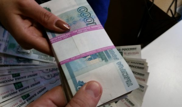 Женщина получала деньги через посредника.