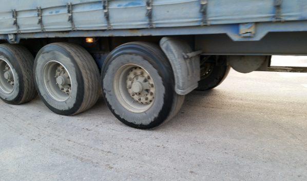 Легковушка врезалась в грузовик.