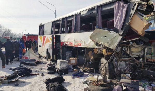 Автобус сильно пострадал.