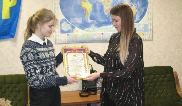 Школьница получила путевку в Артек.