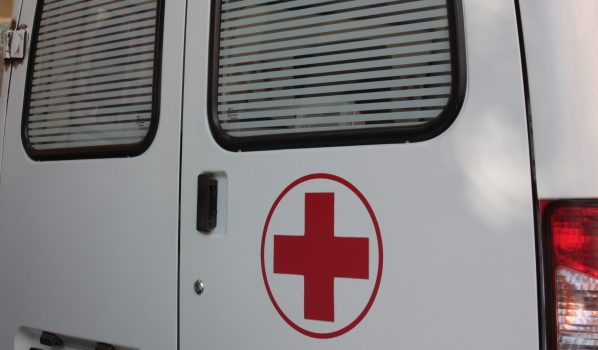 Девушка погибла на месте, а двух молодых людей доставили в больницу.