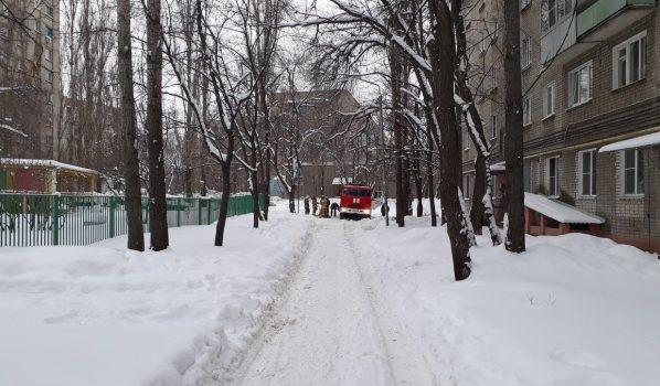 Одна из машин спасателей застряла в снегу.