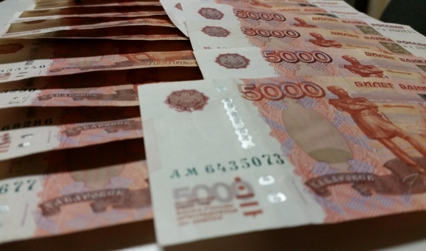 Семейная пара украла деньги.