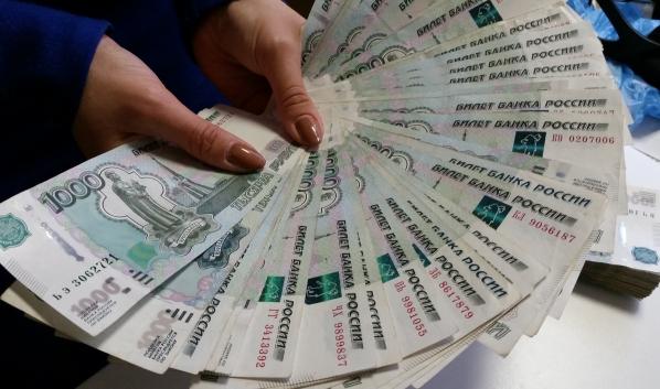 Женщина присвоила себе крупную сумму денег.