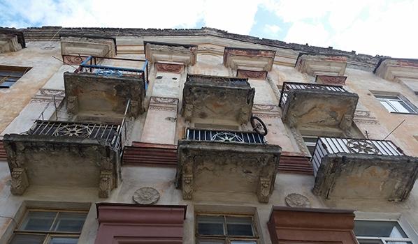 Воронежец едва не бросил сына с балкона.