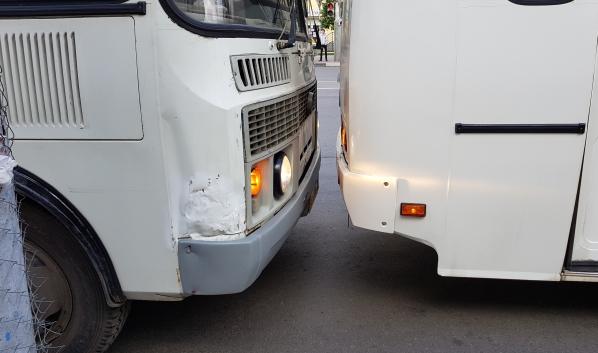 В аварию попал маршрутный ПАЗ.