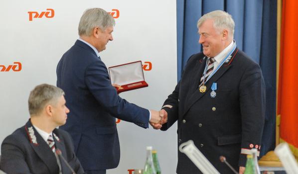 Александр Гусев вручил награду Анатолию Володько.