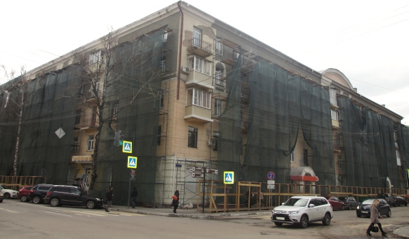 Идет капремонт домов вокруг Советской площади.