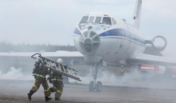 Учились тушить самолет.