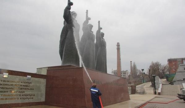 Памятник мыли водой.