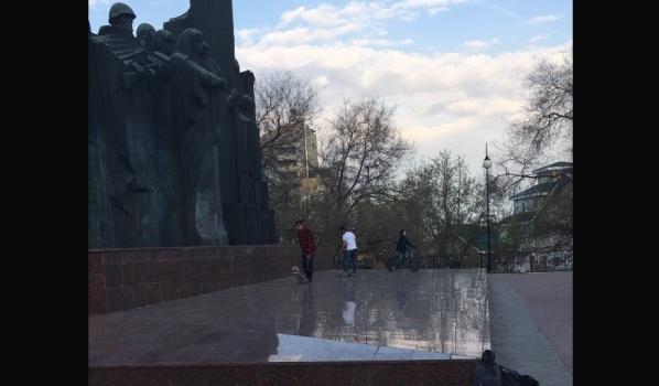 Молодые люди катались прямо по монументу.