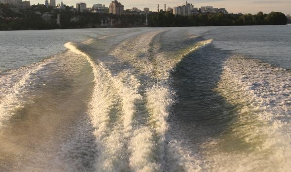 По водоемам запретили ездить на катерах и гидроциклах.