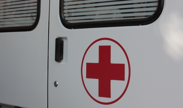 Один мужчина скончался по пути, а его товарищей госпитализировали.
