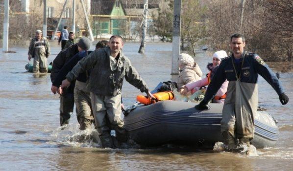 Людей пришлось эвакуировать из затопленных домов.