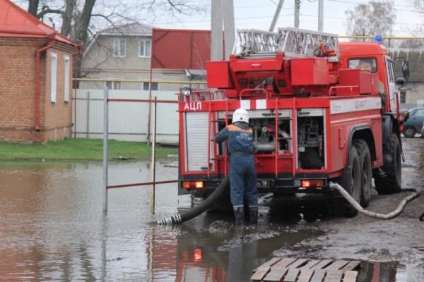 Пожарные откачивают воду.