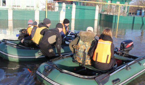 Спасатели помогают людям из затопленных сел.