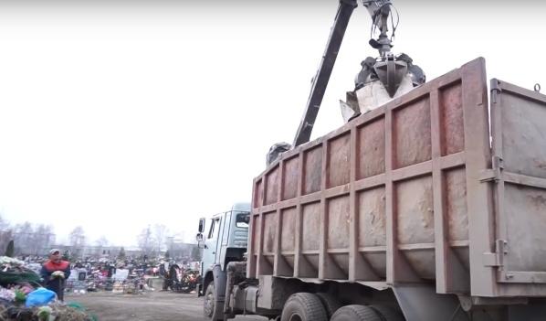 С кладбищ мусор вывозили грузовиками.