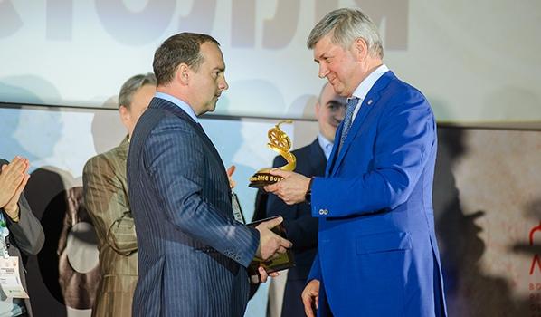 Александр Гусев вручает награду.