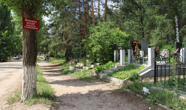 С городских кладбищ вывезли мусор.