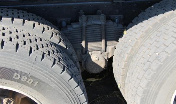 Китайская иномарка врезалась в грузовик с прицепом.