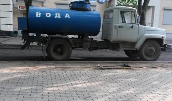 Горожанам организовали подвоз воды.