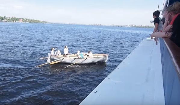 Лодка с детьми чуть не столкнулась с теплоходом.