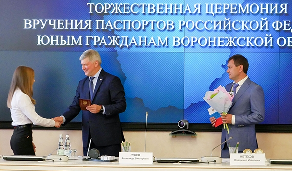 Александр Гусев вручает паспорт.