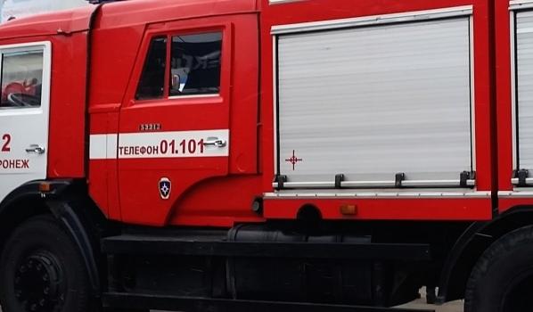Огонь тушили три машины спасателей.