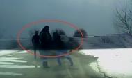 Полицейский получает удар от мужчины.