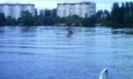 Дети плавали по водохранилищу на плоту.