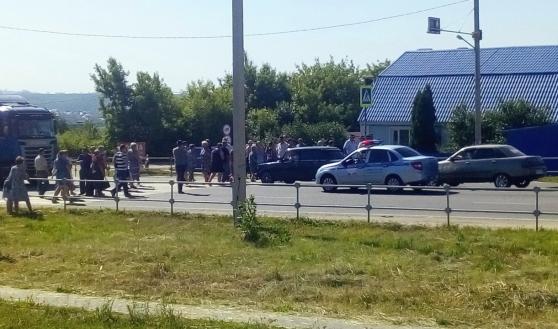 Люди перекрыли дорогу.