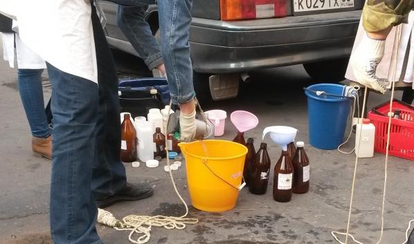 Специалисты взяли пробы воды.