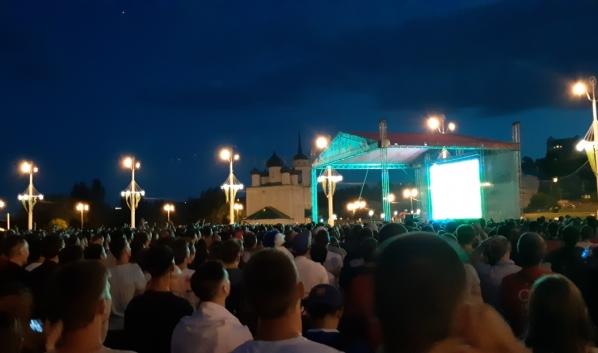 Воронежцы смотрели эту игру на Адмиралтейской площади.