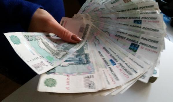 Девушка сняла крупную сумму денег.