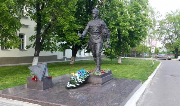 Экскурсия начнется около памятника Военному почтальону.