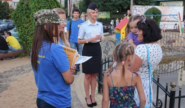 Полиция и волонтеры пообщались с родителями и детьми.