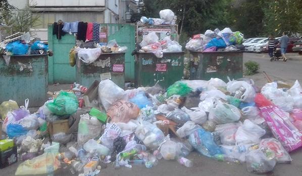 Вот так контейнерная площадка выглядела до вывоза мусора...