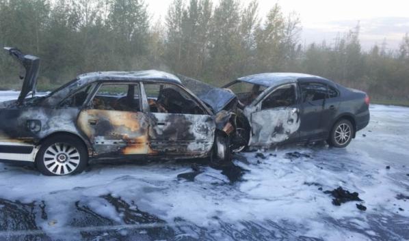 Оба авто загорелись.
