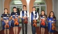 Коллектив юных скрипачей.