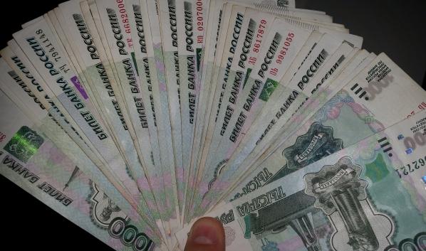 Деньги лежали под матрасом.