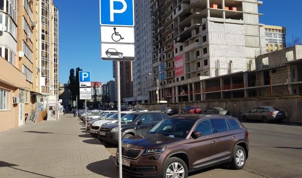 Стало известно, кто больше всего выступает против платных парковок.
