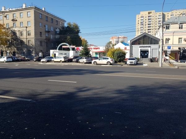 Машины стоят на тротуаре.