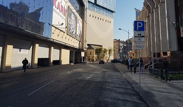 Эта улица никогда не была такой безлюдной.