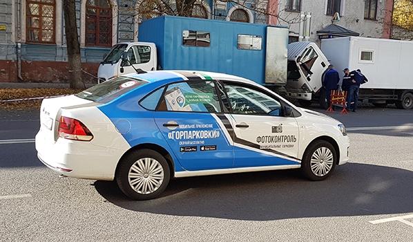 Машина с помощью камеры фиксирует тех, кто не оплатил парковки.